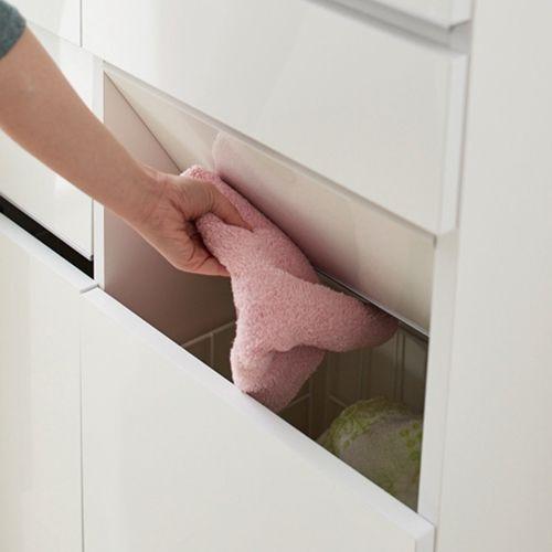 引き出しと洗濯カゴの2つの収納を1台にまとめたアイデア収納。サニタリーチェストと脱衣かごの両方を置くスペースのない方におすすめ。スイング扉は洗濯物を片手で放り込めて、脱いだ衣類の目隠しになります。