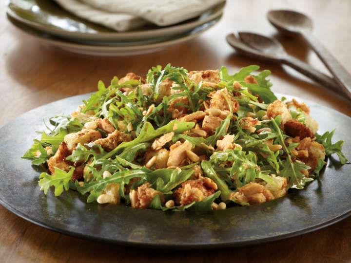 Sundried Tomato Tuna And Crouton Salad | Adding some exciting flavoured tuna can really jazz up a bland salad. Using our gourmet Sundried Tomato Clover Leaf Tuna, this quick recipe is far from boring. #cannedtuna #cloverleaftuna #quickrecipes #MyCloverLeaf