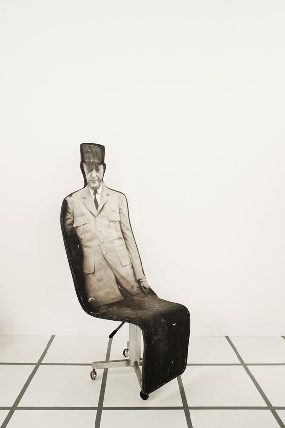 Rare fauteuil de Roger Tallon représentant le Général de Gaulle, galerie Jousse Entreprise