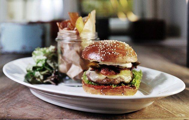 Do burgeru dejte kromě grilovaného mletého hovězího cokoli, co máte rádi. Jen dejte pozor, aby se obsah housky po zmáčnkutí nerozjížděl, radí Matouš Petráň.