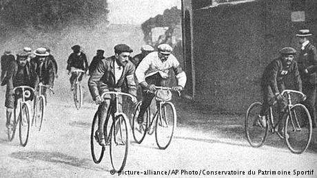 """En 1890, la """"máquina segura"""", de James Starley, con tracción a cadena y ruedas de tela y caucho que inventó el inglés John Boyd Dunlop, desplazó a la bicicleta de rueda alta. El primer Tour de France se realizó el 1 de julio de 1903 con 60 ciclistas que pedalearon por Lyon, Marsella, Toulouse, Bordeaux y Nantes, hasta París. Luego de 2.428 kilómetros ganó el francés Maurice Garin (centro)."""