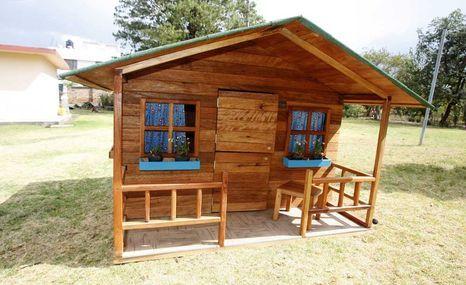 En el taller en puembo la empresa k ositas fabrica for Casas de madera pequenas