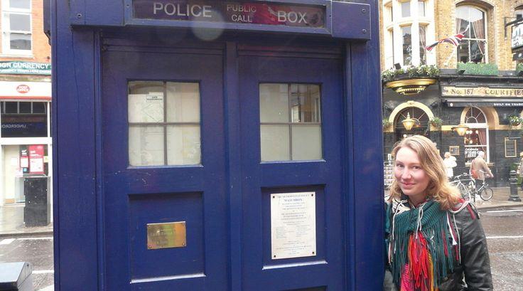 """Ben jij fan van Harry Potter of Doctor Who? Reporter Brigitte deed een ware """"geekproof"""" door Londen en voor even waande zij zich in dezelfde wereld als die zij zo vaak op televisie zag.  Platform 9¾ op Kings Cross Station, een echte Tardis op het Earls Court metrostation en nog veel meer. Haar report kun je hier lezen:"""