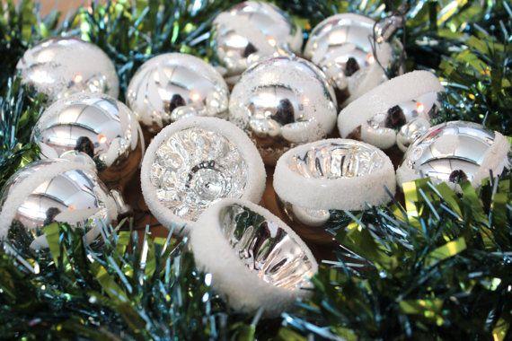 Vintage Christmas Tree Ornaments Silver Wunderschöne dezente antike silberne Vintage Weihnachtskugeln mit weißer Beflockung.  Das Set besteht aus: - 4 Reflektorkugeln - 8 Kugeln mit floralem identischem Dekor .