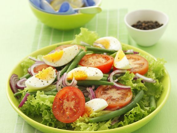 Grüner Salat mit Bohnen, Ei, Tomaten und Zwiebeln