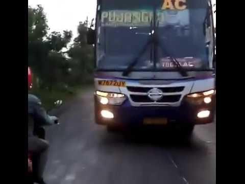 """VIDEO : Nekad Lawan Arus, Bus Ini """"Dipaksa"""" Berjalan Mundur Oleh Pengendara Motor"""