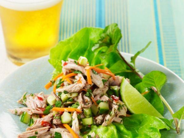 Thaise wrap met kalkoen, komkommer en wortel voor een lichte lunch.