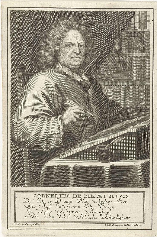 Hendrik Frans Diamaer | Portret van Cornelis de Bie op 81-jarige leeftijd, Hendrik Frans Diamaer, 1695 - 1726 | Portret van Cornelis de Bie op 81-jarige leeftijd, schrijvend aan tafel in bibliotheek. Onder voorstelling Nederlands vers in vier regels.