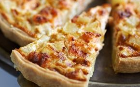 Lakse- og kartoffeltærte Mangler du inspiration til aftensmad? Så prøv denne nemme og lækre opskrift på lakse- og kartoffeltærte. Kombinationen af smagfuld laks og mættende bagekartofler giver en velsmagende måltid.