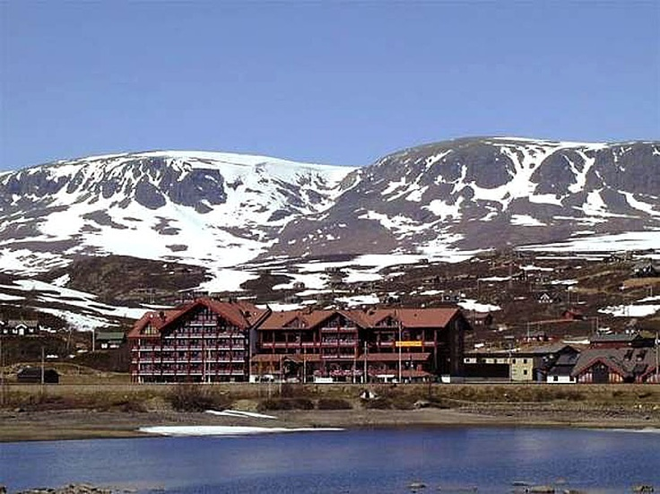 UstaosetResort is located halfway between Oslo and Bergen, about 1000 meters above sea level, just below the magnificent Hallingskarvet (1863 m). Only 10 km from Geilo