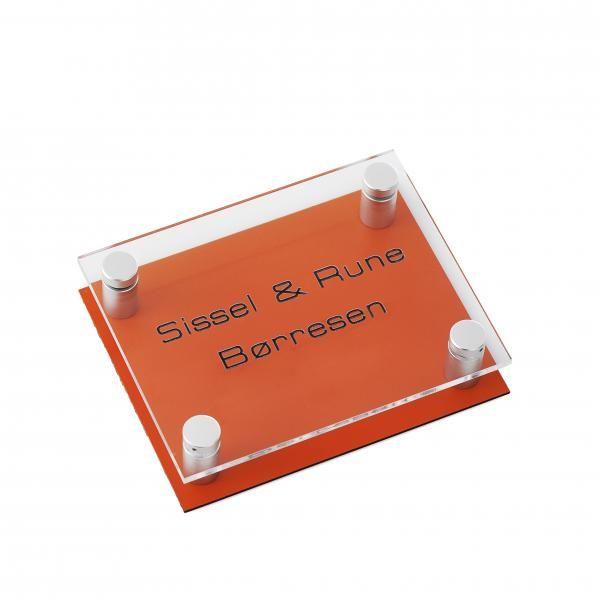 Dørskilt i plexiglass, orange bakplate sort skrift