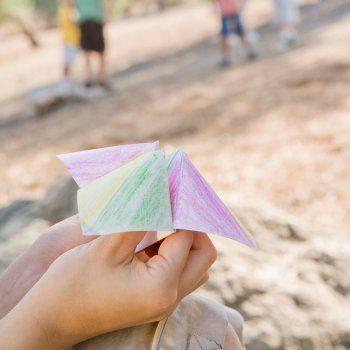 Cómo hacer un divertido y original comecocos de papel. Jugar con los niños y aprender a hacer origami, el arte de elaborar figuras con papel. Un juego tradicional para niños.