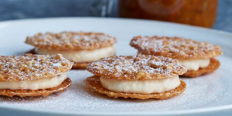 Recept på fyllda mandelflarn med hjortronkräm. Flarnen kan frysas ofyllda för att läggas ihop med krämen vid servering.