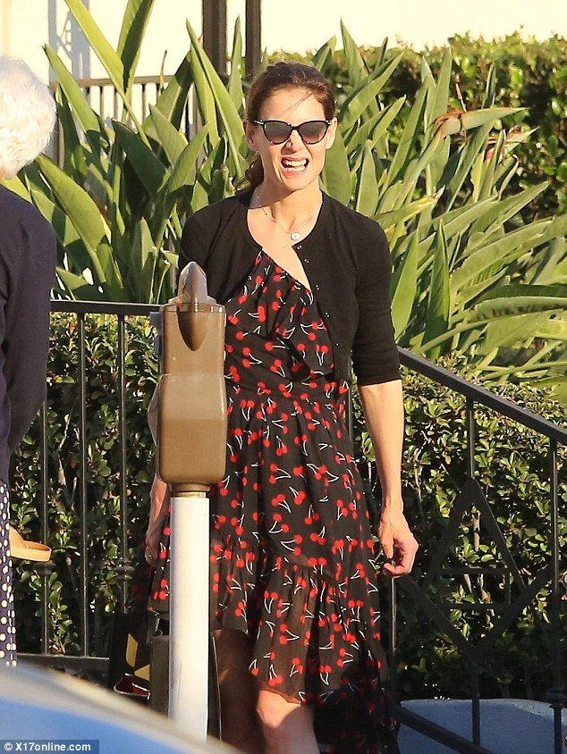 Summery: The American star completed her outfit with simple black pumps, a black hold-all ...