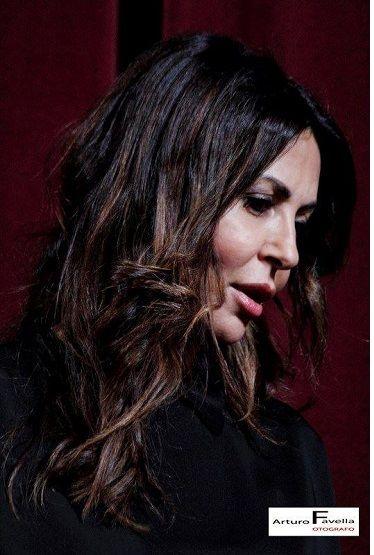 """Sabrina Ferilli insignita del Premio PuciNellaMente, al teatro Comunale di Caserta. L'attrice in scena con lo spettacolo di cui è anche produttrice, """"..."""
