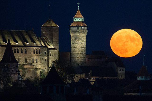 Der Vollmond geht in Nürnberg hinter der Kaiserburg auf. Bild: dpa