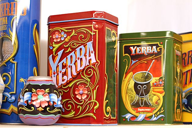 contenedor de yerba mate y mate con filete porteño. #Multicultural, Rich in History, Culture and Traditions; in keeping with my story http://www.amazon.com/With-Love-The-Argentina-Family/dp/1478205458