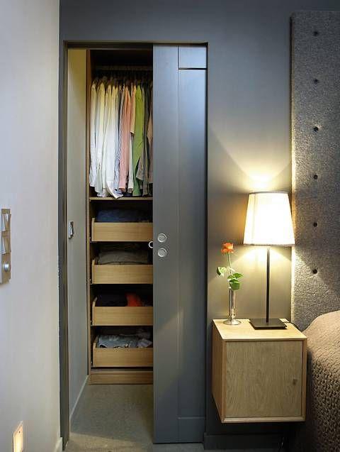 SONEDELT: Garderoberommet er adskilt med en skyvedør. Nattbord fra Living og lamper fra Ikea.