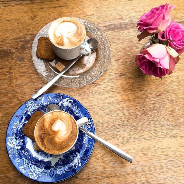 Dneska celej den na kolech mezi holandskejma pastvinama, kanalama, jezery, mini vesnicema...🚴🏻 takze asi chapete, ze kdyz konecne narazime na obstojny kafe v mily kavarne a k tomu zjistime, ze jsme v Belgii😎, tak latte art fakt neresim😋  #iloveholland #belgium #ilovetravel #flatwhite #cycling #countryside #tasteactually #ontheroad #tasteoftravel #coffee #foodblog #foodblogger #czechfoodblogger #kafe #maaseik kvuli #kave #nakonecsveta