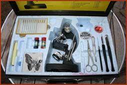 De kindermicroscoop! Mijn vriendinnetje had zo'n doos toen we een jaar of 10 waren en daar deden we vele proefjes mee. Achteraf niet ongevaarlijk;  soms rookte en stonk het enorm. Mah ja, in die tijd deden ze nog niet zo moeilijk over milleu en kindveiligheid denk ik ;-)