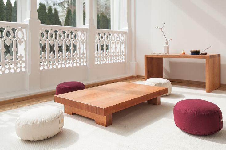 Massivholz Tisch Altar und niedriger Tisch Katee in Birnbaum mit Sitzkissen