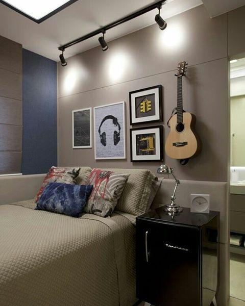Boa tarde! Que tal esse quarto pequeno masculino? Ótima inspiração para quem curte decoração rocker.  Casa Vogue #blogmeuminiape #meuminiape #apartamentospequenos #inspiração #quarto #quartomasculino #quartopequeno #decoração