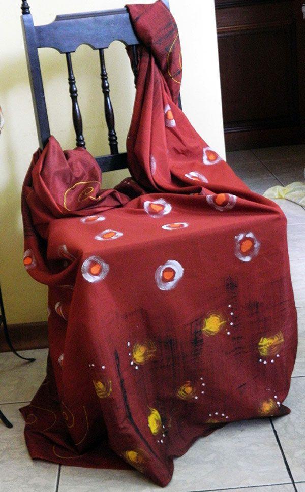 Cadeira antiga, valorizada por tecido viscose javanesa telha, com estamparia artesanal em branco, amarelo e preto.
