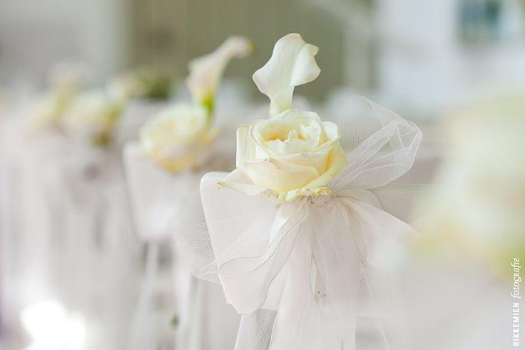 Weddingstyling / de versiering / aankleding tijdens een bruiloft, strik, tule, bloem, roos, lelie, wit, geel, stoel, kerk, trouwlocatie, organza, church, bruidsfotograaf, bruidsfotografie, trouwreportage, trouwfoto, bruidsreportage, huwelijksfotograaf, trouwfotograaf, decoratie http://www.rikkemienfotografie.nl/