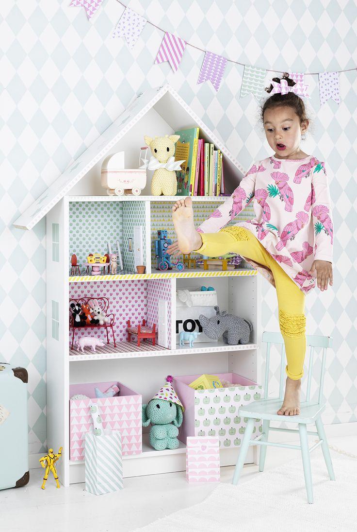 Doll house with Kreativa Karin www.pandurohobby.com Home Decor by Panduro #DIY #interior #kidsroom #kids #room #dollhouse #barnrum #dockskåp #kreativakarin #dockhus #bokhylla #