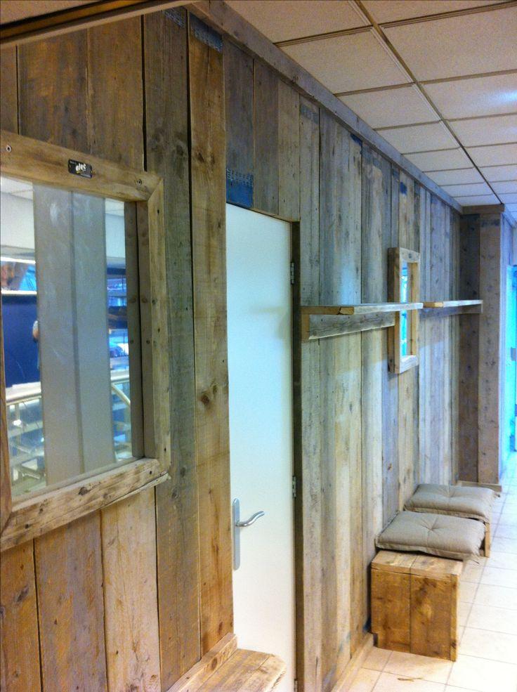 wand, spiegels en bankje van steigerhout in bakkerswinkel