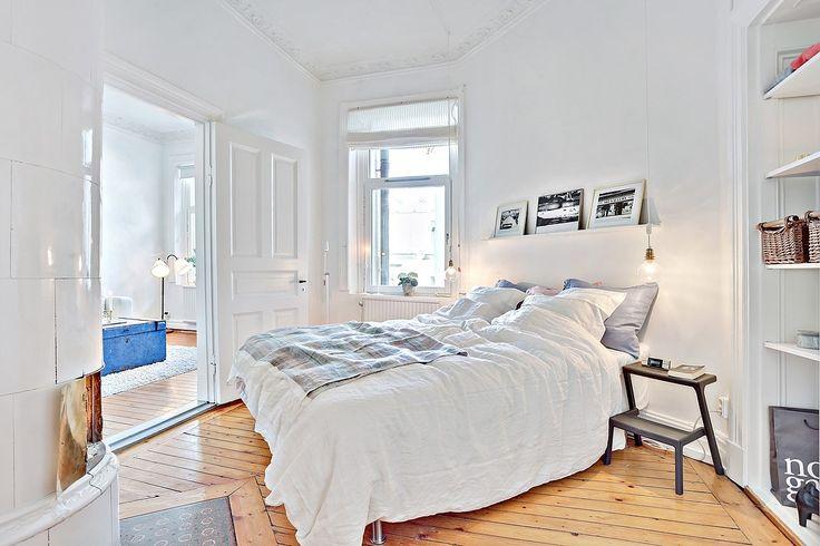 Det rofyllda sovrummet har plats för stor dubbelsäng som har en naturlig plats mot en vinklad vägg. Bjurfors.se