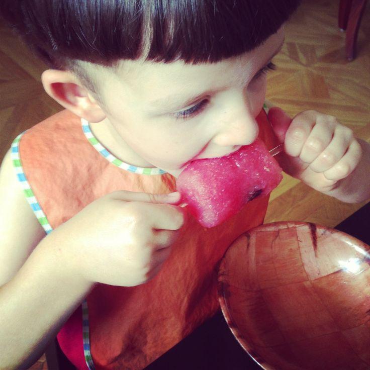 Сезон арбузов? Мы готовы! Сегодня морозили зубы арбузным мороженым! Всем понравилось, и да, не забудьте про маленький сюрприз в каждом из них, так ведь интереснее! Рецепт мороженого из арбузного сока …