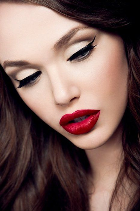 Winged liquid liner eye and red lipstick    Sooo pretty!