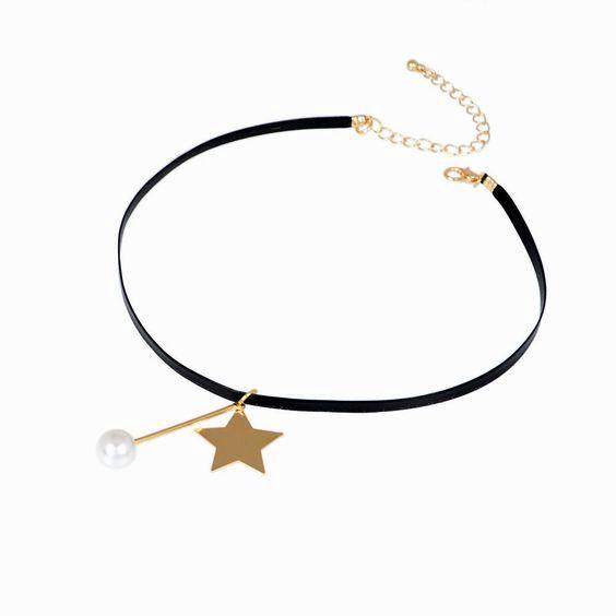 Voyagez dans le temps avec ce choker authentique très tendance cette saison! Il se compose d'un tour en lanière simili cuir et se surmonte en son centre d'une étoile doré et perle. Ce bijou mesure 36 cm en longueur déployée (chaîne de réglage de 4.5 cm, fermoir à ressort).