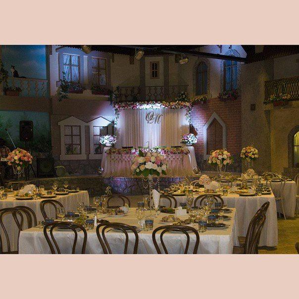 На свадьбе Огана и Марты весь зал утопал в цветах. Цветы на столах гостей, в вазонах, на столе невесты и на фоне за молодыми. Более тысячи живых роз. Роскошная свадьба. Все, кто её видел были в восторге. Такая красота никого не оставила равнодушной. Столы гостей были одеты в фуршетные юбки, а венские стулья подчеркнули изящество и красоту всего банкетного зала. Всем кому понравился этот зал приглашаем провести в нем ваше торжество, а красоту декора мы вам гарантируем. Ждем вас в зале кафе…
