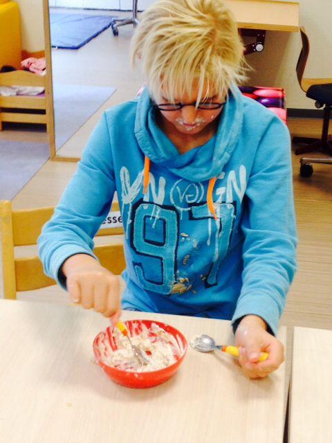 Vrijdag 10 oktober Hoe eet ik mijn yoghurt met geraspte appel? Een lepel is toch niet genoeg? Jesse