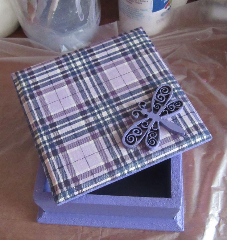 caja chica con decoupage y detallito en madera en la tapa