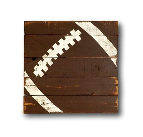 Tenture bois rustique. Conception de football sur bois récupéré peint à la main. Parfait pour une pépinière sur le thème sportif, chambre à coucher ou grotte de lhomme ! Options de taille sont 12 « x 12 », 16 « x 16 » & 24 « x 24 ». Tailles faites sur commande sont disponibles ! Message moi pour info de prix