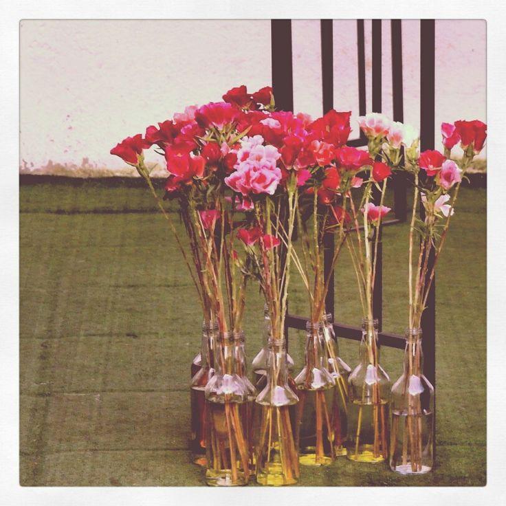 Adornos florales con botellas