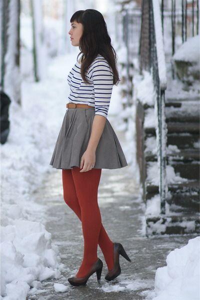 Comment porter les collants rouges? ici avec jupe patineuse grise, marinière. D'autres idées ici: : https://one-mum-show.fr/les-collants/                                                                                                                                                                                 Plus