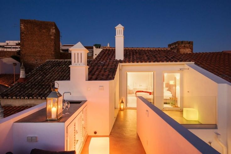 Two LED-cubes radiating warm light give you that lovely summer night feeling