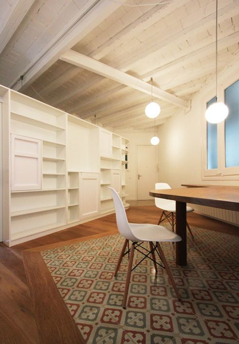 Combination of tile and wood flooring: Renovation of an apartment in Barcelona by Laura Bonell Mas
