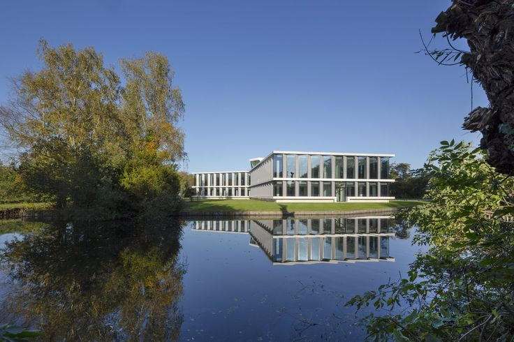 In the old part of Amstelveen, stemming from the thirties, an office building and a pavilion together form the Bella Donna. The original buildings were designed in the sixties by the architect Webbers.