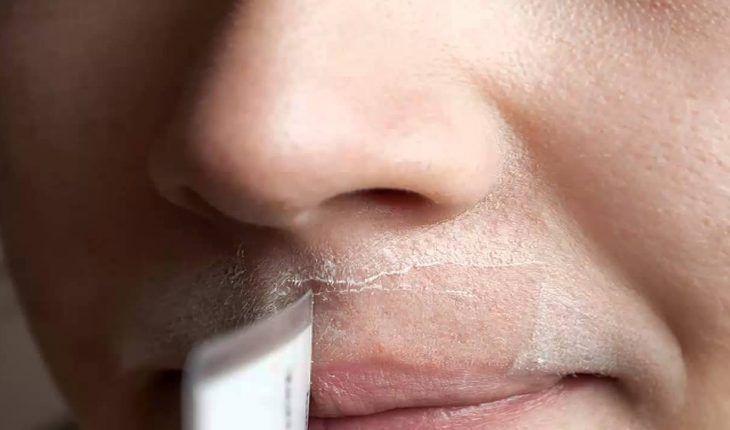 Bionde o brune, la maggior parte delle donne si trova quotidianamente alle prese con uno sgradevole inestetismo: la peluria sopra il labbro. Chiamati anche