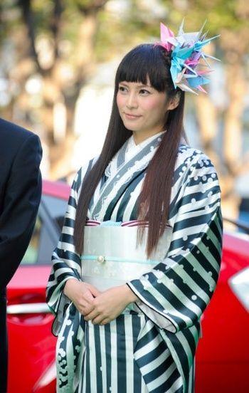 柴咲コウさんも映画祭で身に着けていました。光沢のあるストライプにレースのつけ襟がおしゃれ!