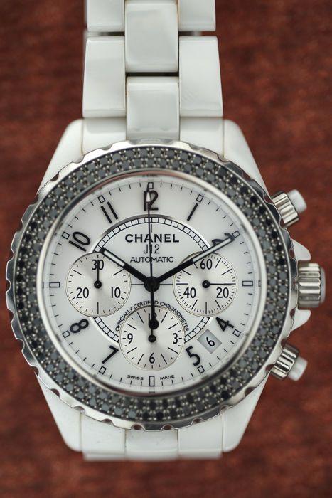 Chanel J12 Chrono keramische bezel black diamonds  Horloge nog steeds in productie geval en riem van hi-tech wit keramiek saffierglas roterende schuine kant in staal met 120 zwarte diamanten (220 ca. ct) witte wijzerplaat met zilveren tellers toegepaste zwarte Arabische cijfers datum tussen 4 en 5 mechanische automatische wind uurwerk met chronograaf functie en chronometer certificaat. Afmetingen: Lug-naar-lug breedte: 46 mm - Diameter: 41 mm - dikte: 14 mm.Riem lengte: 18 cm. 1-jaar…
