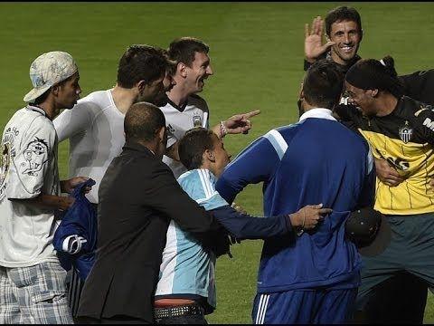Ronaldinho s'agenouille devant Lionel Messi (vidéo) - http://www.actusports.fr/105079/ronaldinho-sagenouille-devant-lionel-messi-video/