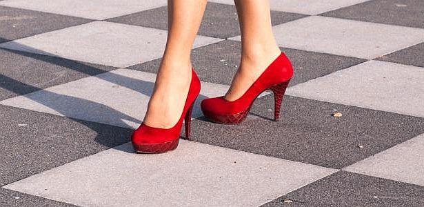 """Tacos altos: ¿peligrosos e ilegales? -   El Parlamento británico se pronunció este miércoles en contra de las empresas que exigen como """"dress code"""" (o normas de vestimenta) que las mujeres lleven tacos altos a trabajar luego de recibir una petición firmada por 150 mil mujeres que consideraban a la medida sexista. Pero más..."""