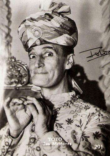 Totò, nome d'arte di Antonio Griffo Focas Flavio Angelo Ducas Comneno Porfirogenito Gagliardi De Curtis di Bisanzio, (Napoli, 15 febbraio 1898 – Roma, 15 aprile 1967), è stato un attore, commediografo, paroliere, poeta e sceneggiatore italiano. Attore simbolo del cinema comico in Italia, soprannominato «il principe della risata». #TuscanyAgriturismoGiratola