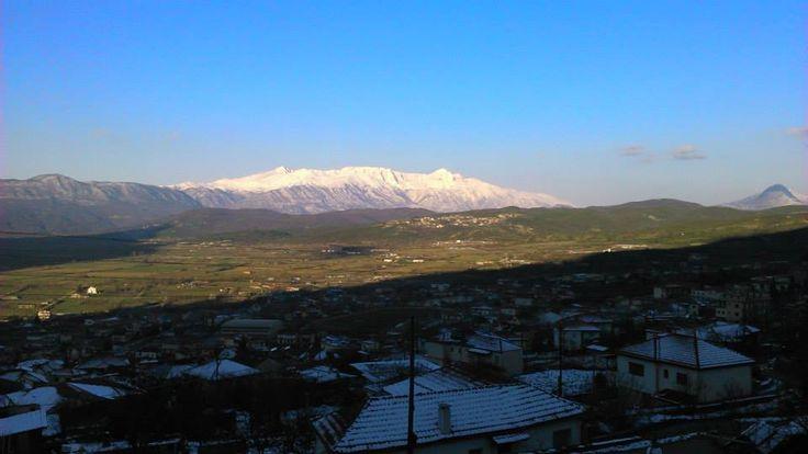 Η εικόνα του χιονισμένου όρους Νεμέρτσικα από το παράθυρο του δωματίου 106.
